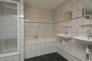 nette badkamer vakantiehuisje in het bos te huur